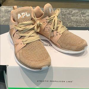 ⭐️⭐️New APL Ascend Metallic Sneaker